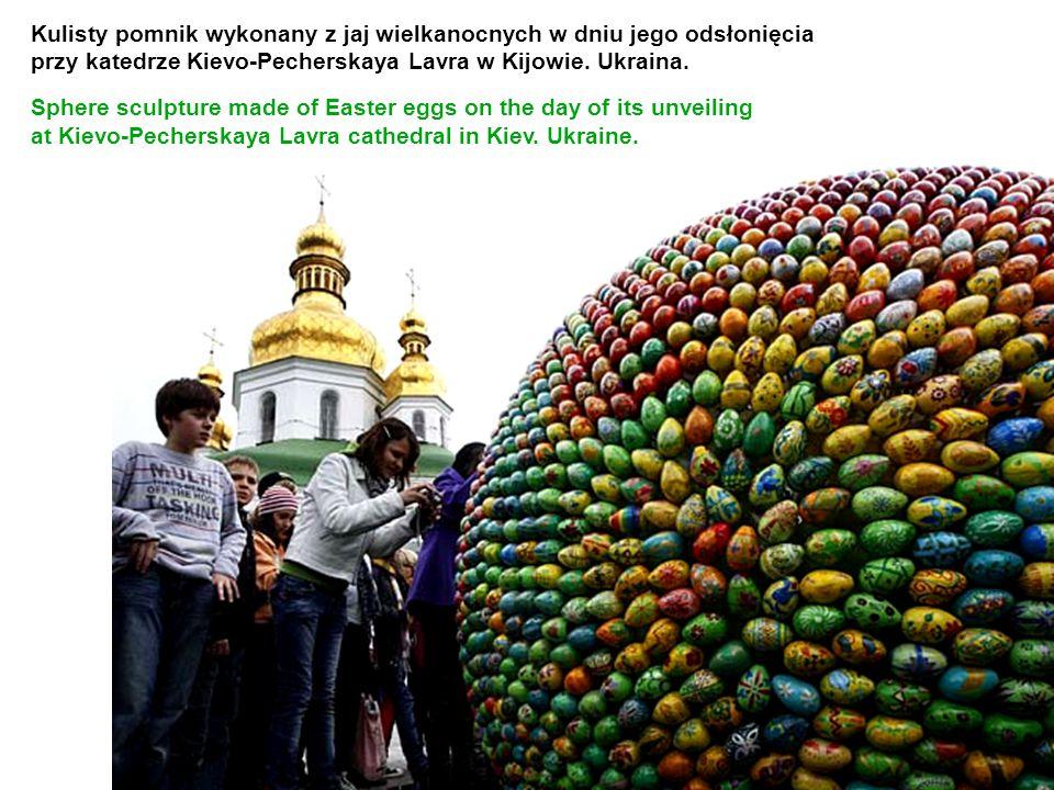 Kulisty pomnik wykonany z jaj wielkanocnych w dniu jego odsłonięcia