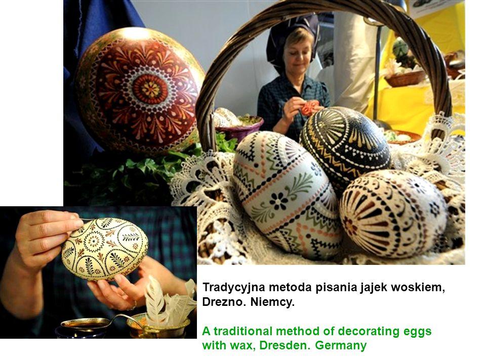 Tradycyjna metoda pisania jajek woskiem, Drezno. Niemcy.
