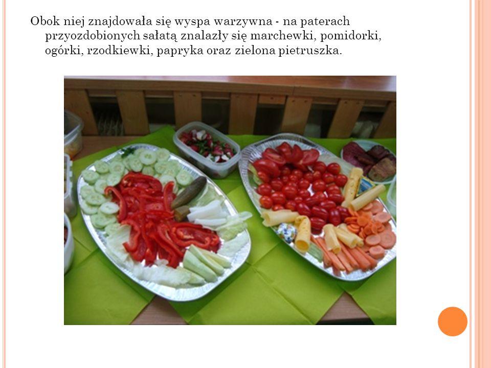 Obok niej znajdowała się wyspa warzywna - na paterach przyozdobionych sałatą znalazły się marchewki, pomidorki, ogórki, rzodkiewki, papryka oraz zielona pietruszka.