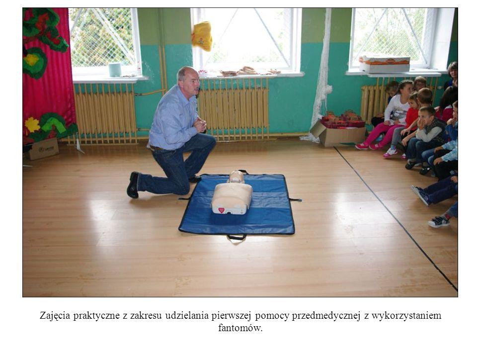 Zajęcia praktyczne z zakresu udzielania pierwszej pomocy przedmedycznej z wykorzystaniem fantomów.