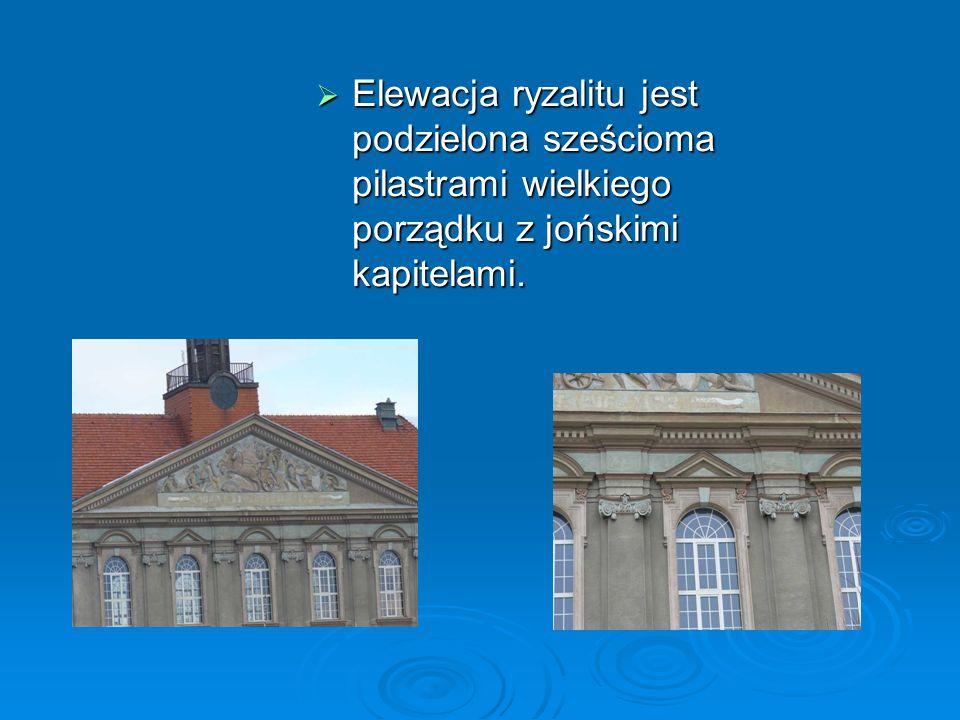 Elewacja ryzalitu jest podzielona sześcioma pilastrami wielkiego porządku z jońskimi kapitelami.