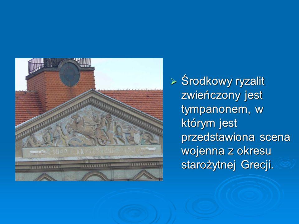 Środkowy ryzalit zwieńczony jest tympanonem, w którym jest przedstawiona scena wojenna z okresu starożytnej Grecji.