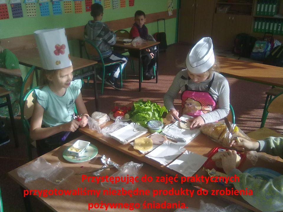 Przystępując do zajęć praktycznych przygotowaliśmy niezbędne produkty do zrobienia pożywnego śniadania.