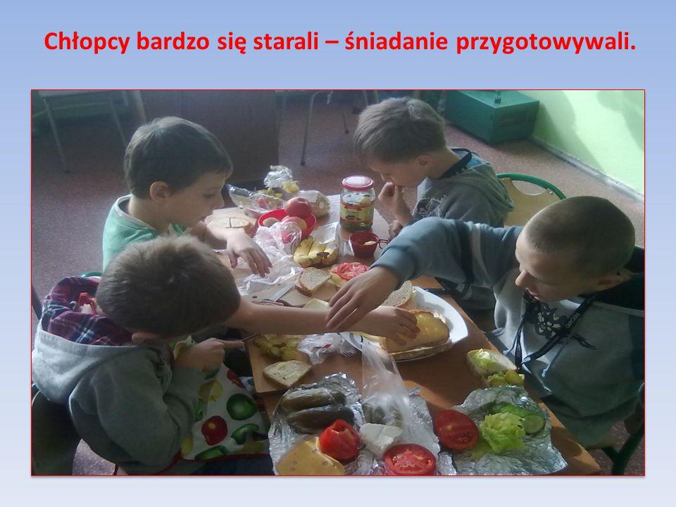 Chłopcy bardzo się starali – śniadanie przygotowywali.