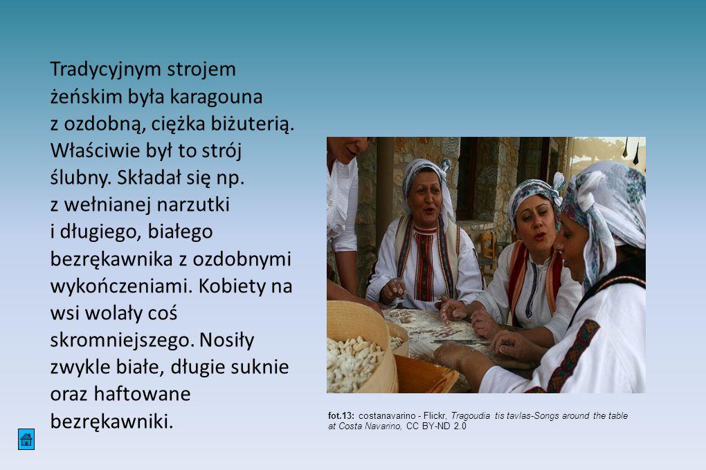 Tradycyjnym strojem żeńskim była karagouna z ozdobną, ciężka biżuterią