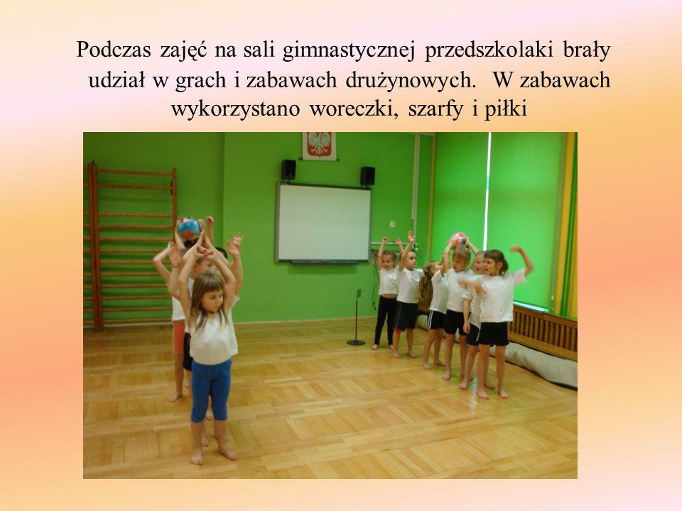 Podczas zajęć na sali gimnastycznej przedszkolaki brały udział w grach i zabawach drużynowych.