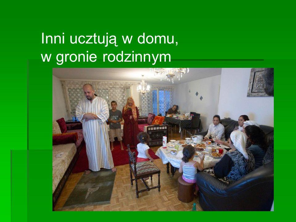 Inni ucztują w domu, w gronie rodzinnym