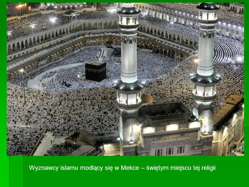 Wyznawcy islamu modlący się w Mekce – świętym miejscu tej religii