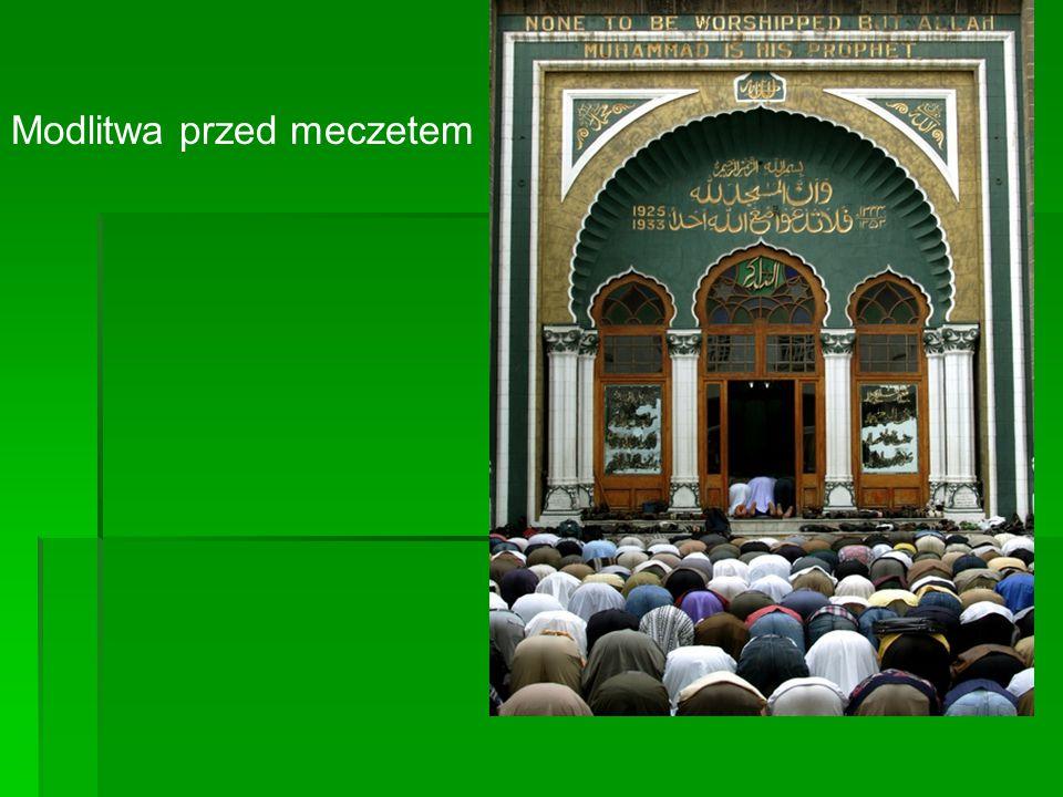 Modlitwa przed meczetem