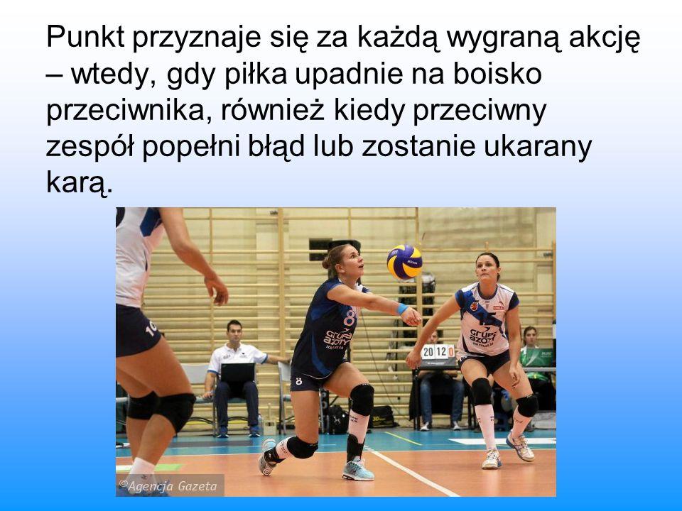 Punkt przyznaje się za każdą wygraną akcję – wtedy, gdy piłka upadnie na boisko przeciwnika, również kiedy przeciwny zespół popełni błąd lub zostanie ukarany karą.
