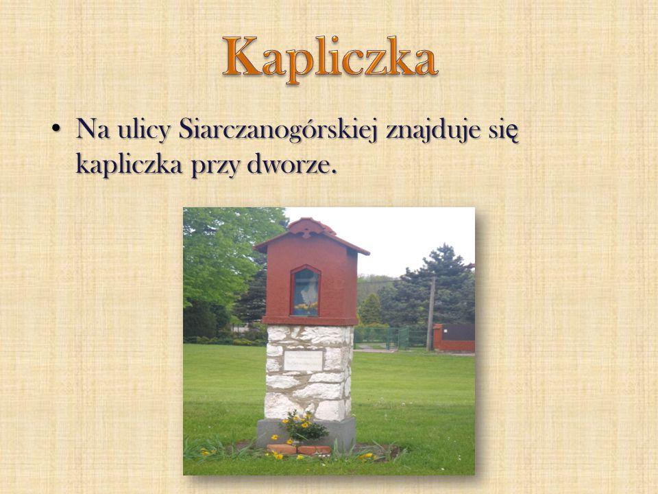 Kapliczka Na ulicy Siarczanogórskiej znajduje się kapliczka przy dworze.