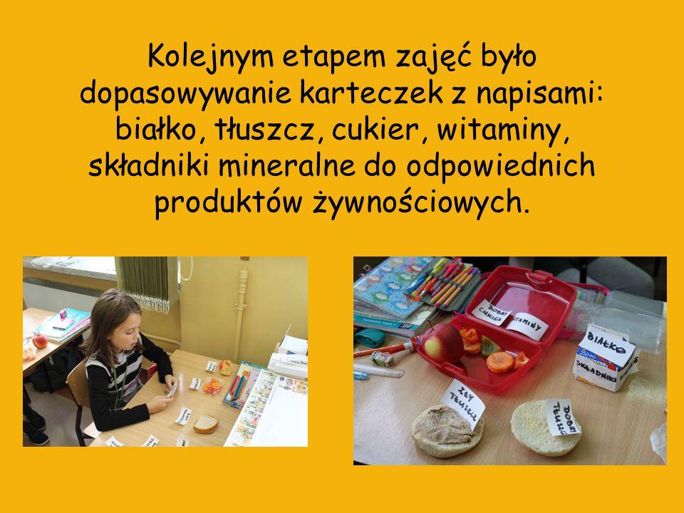 Kolejnym etapem zajęć było dopasowywanie karteczek z napisami: białko, tłuszcz, cukier, witaminy, składniki mineralne do odpowiednich produktów żywnościowych.