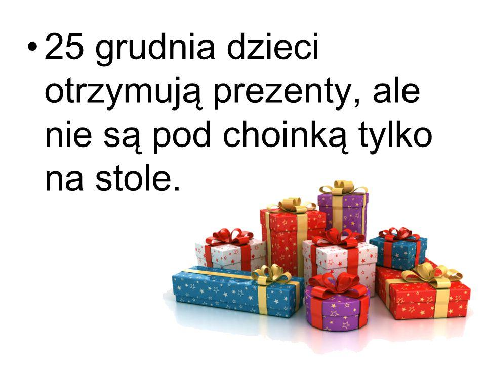 25 grudnia dzieci otrzymują prezenty, ale nie są pod choinką tylko na stole.