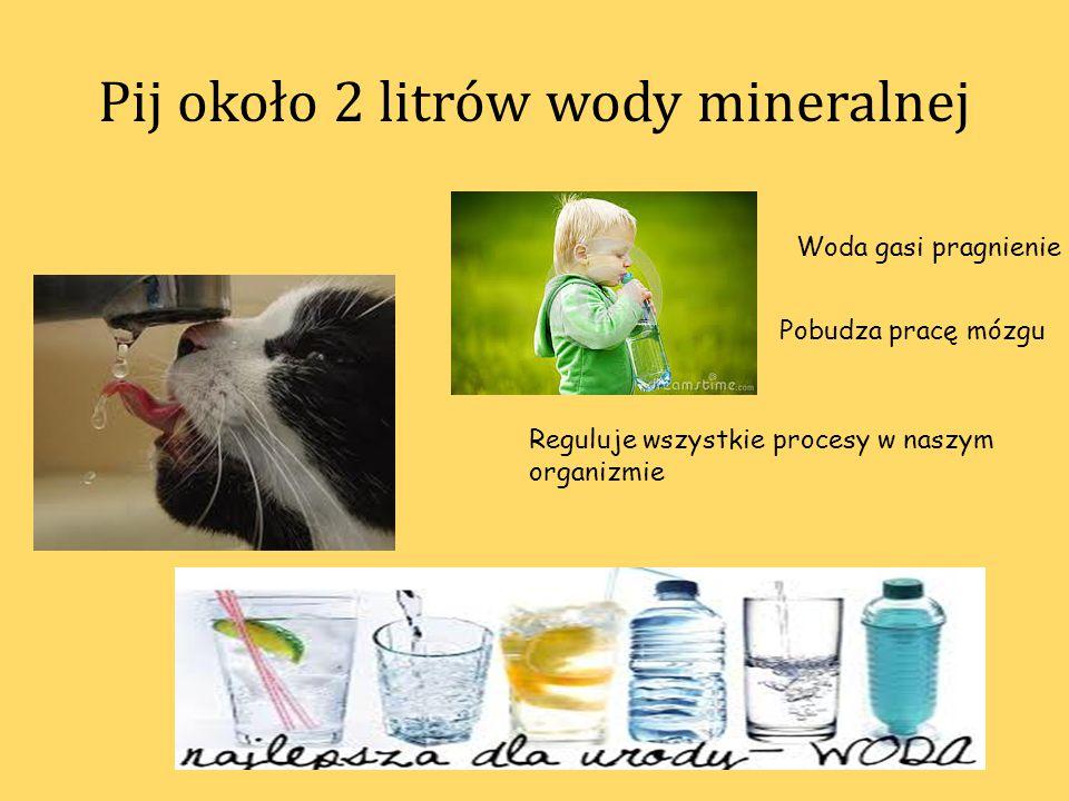 Pij około 2 litrów wody mineralnej