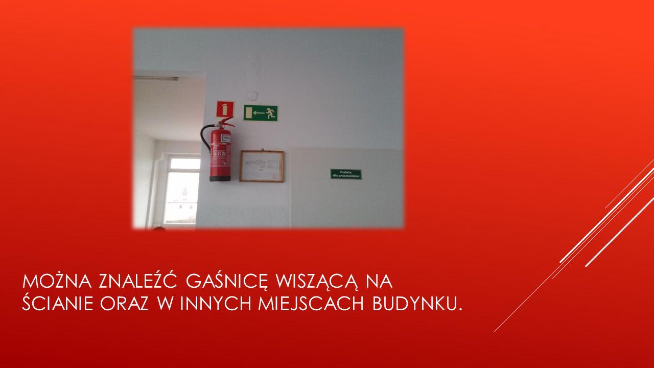 Można znaleźć gaśnicę wiszącą na ścianie oraz w innych miejscach budynku.