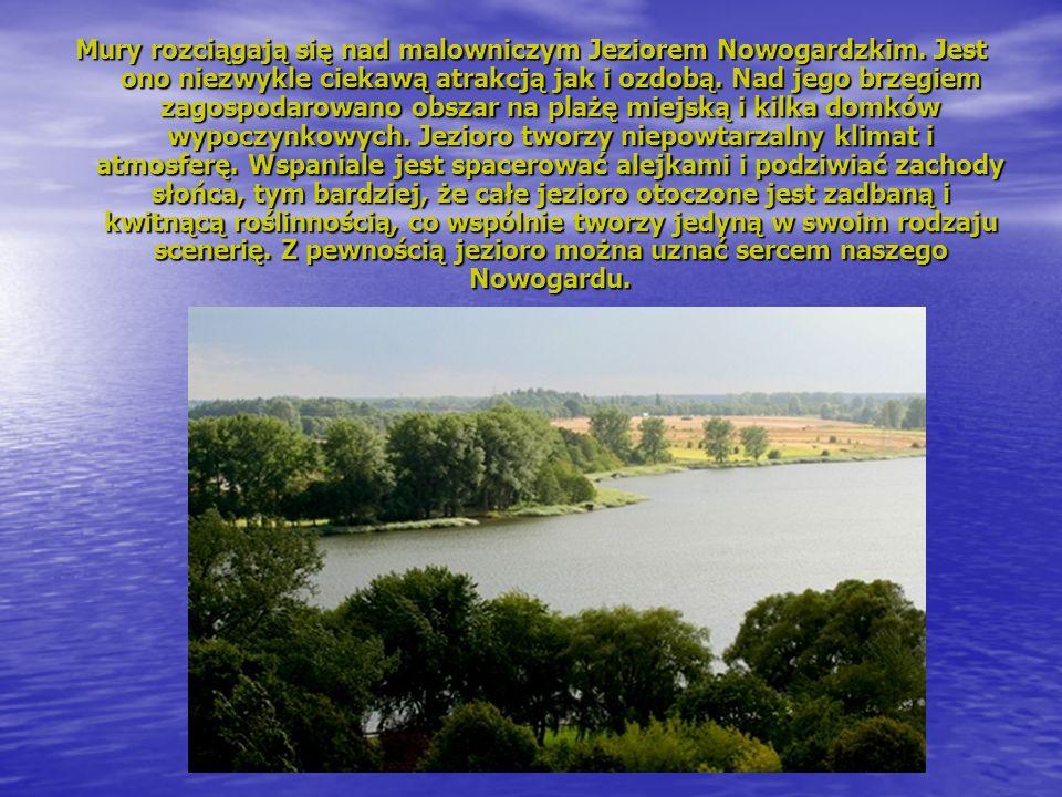 Mury rozciągają się nad malowniczym Jeziorem Nowogardzkim