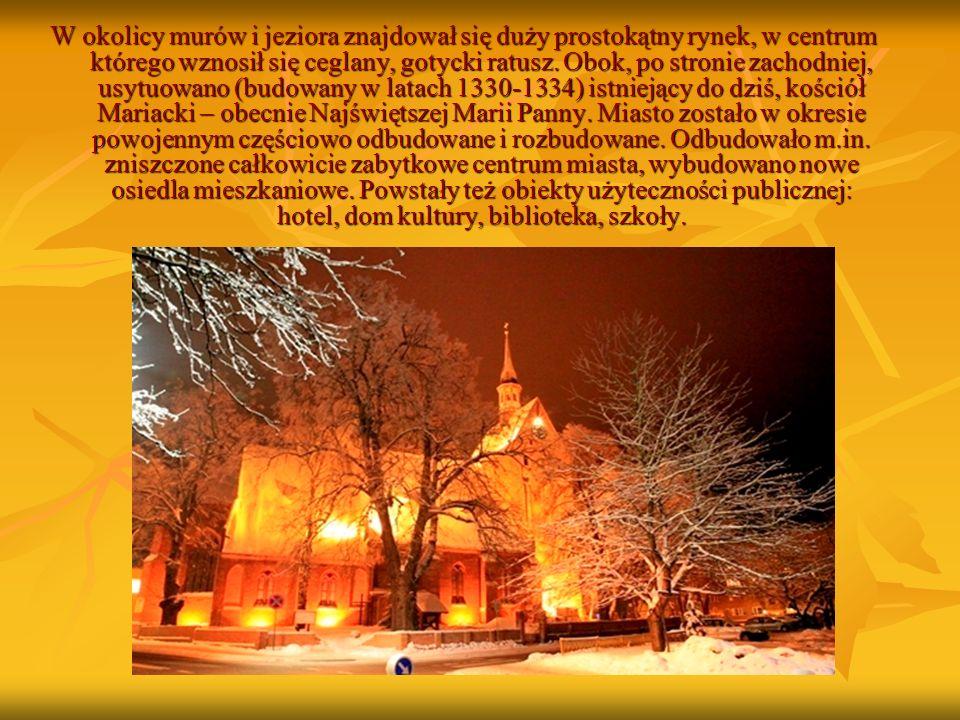 W okolicy murów i jeziora znajdował się duży prostokątny rynek, w centrum którego wznosił się ceglany, gotycki ratusz.