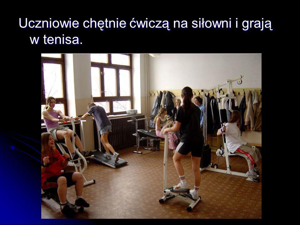 Uczniowie chętnie ćwiczą na siłowni i grają w tenisa.