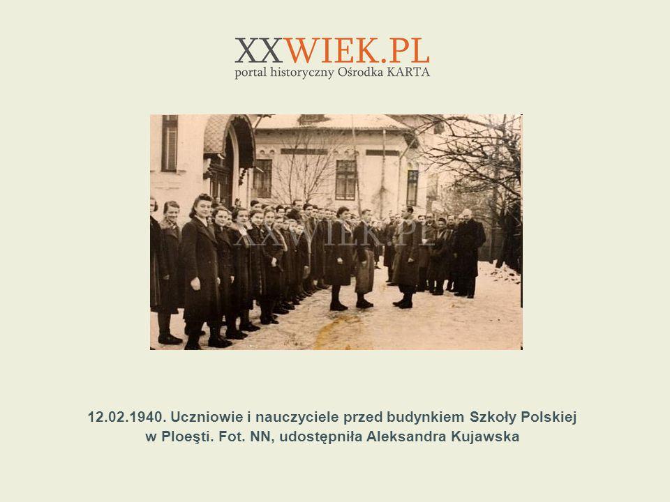 12.02.1940. Uczniowie i nauczyciele przed budynkiem Szkoły Polskiej
