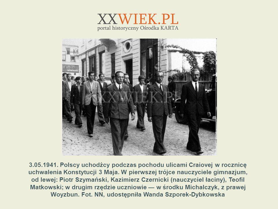 3.05.1941. Polscy uchodźcy podczas pochodu ulicami Craiovej w rocznicę uchwalenia Konstytucji 3 Maja. W pierwszej trójce nauczyciele gimnazjum,