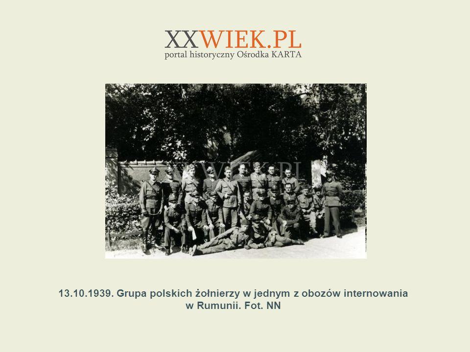 13.10.1939. Grupa polskich żołnierzy w jednym z obozów internowania