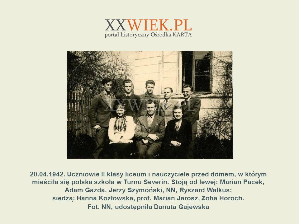 siedzą: Hanna Kozłowska, prof. Marian Jarosz, Zofia Horoch.