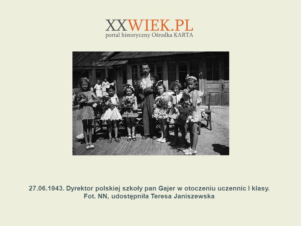 27.06.1943. Dyrektor polskiej szkoły pan Gajer w otoczeniu uczennic I klasy.
