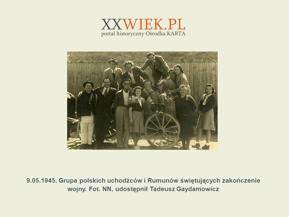 9.05.1945. Grupa polskich uchodźców i Rumunów świętujących zakończenie wojny.