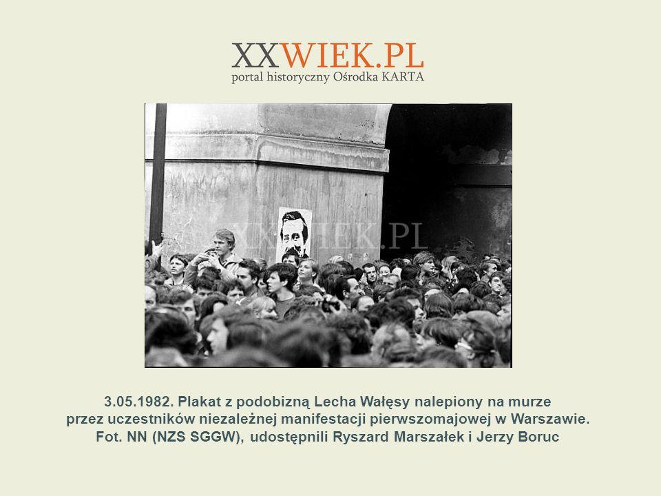 3.05.1982. Plakat z podobizną Lecha Wałęsy nalepiony na murze