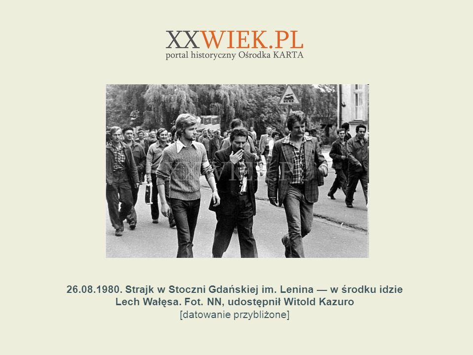 26.08.1980. Strajk w Stoczni Gdańskiej im. Lenina — w środku idzie