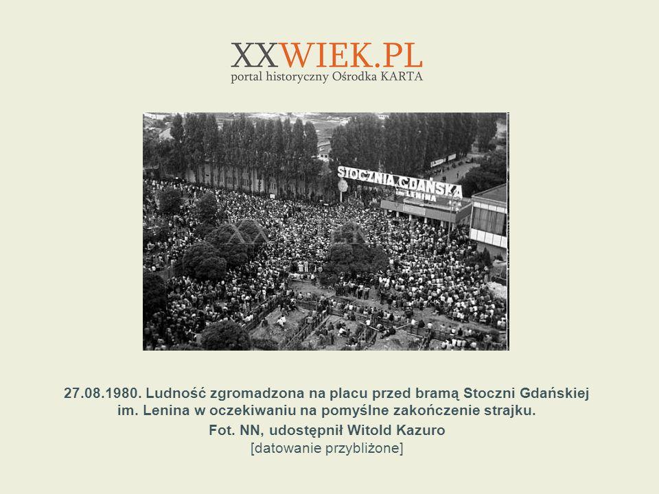 27.08.1980. Ludność zgromadzona na placu przed bramą Stoczni Gdańskiej