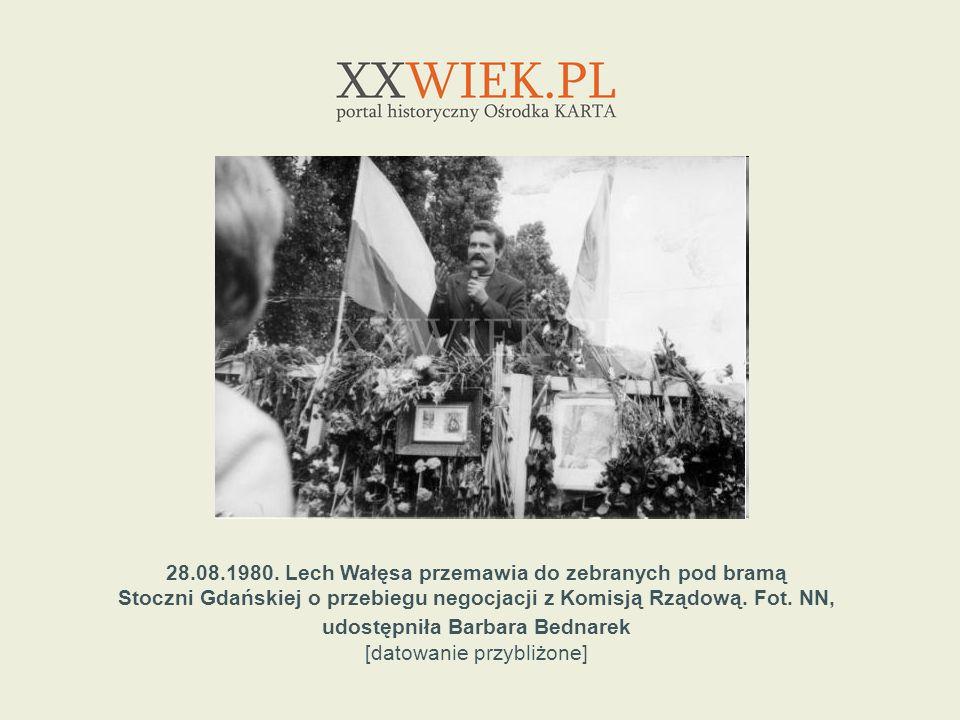28.08.1980. Lech Wałęsa przemawia do zebranych pod bramą
