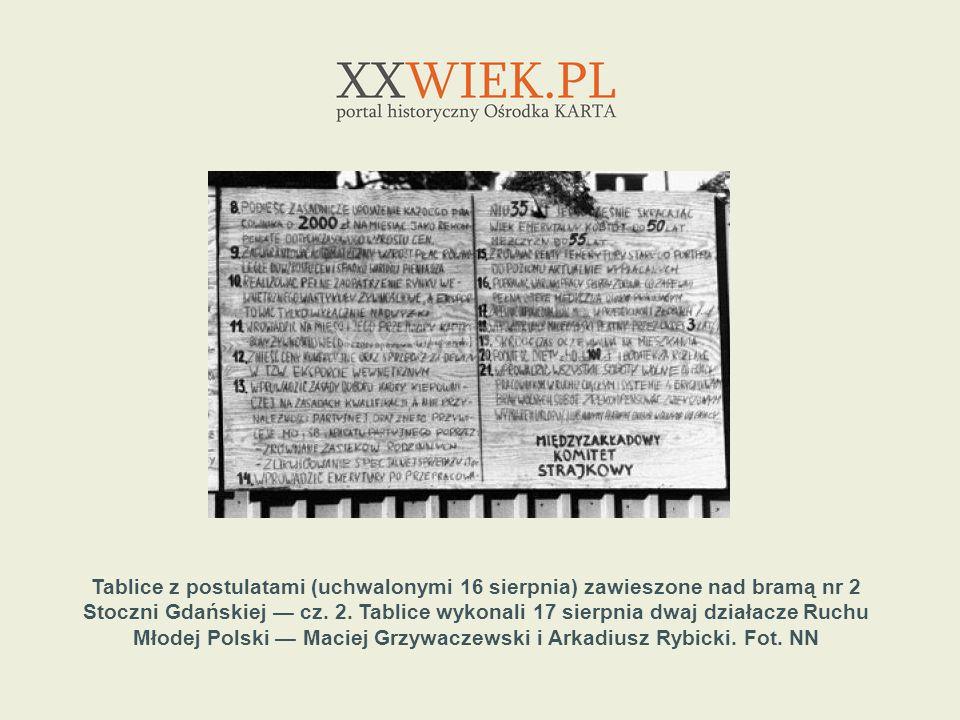 Tablice z postulatami (uchwalonymi 16 sierpnia) zawieszone nad bramą nr 2 Stoczni Gdańskiej — cz.