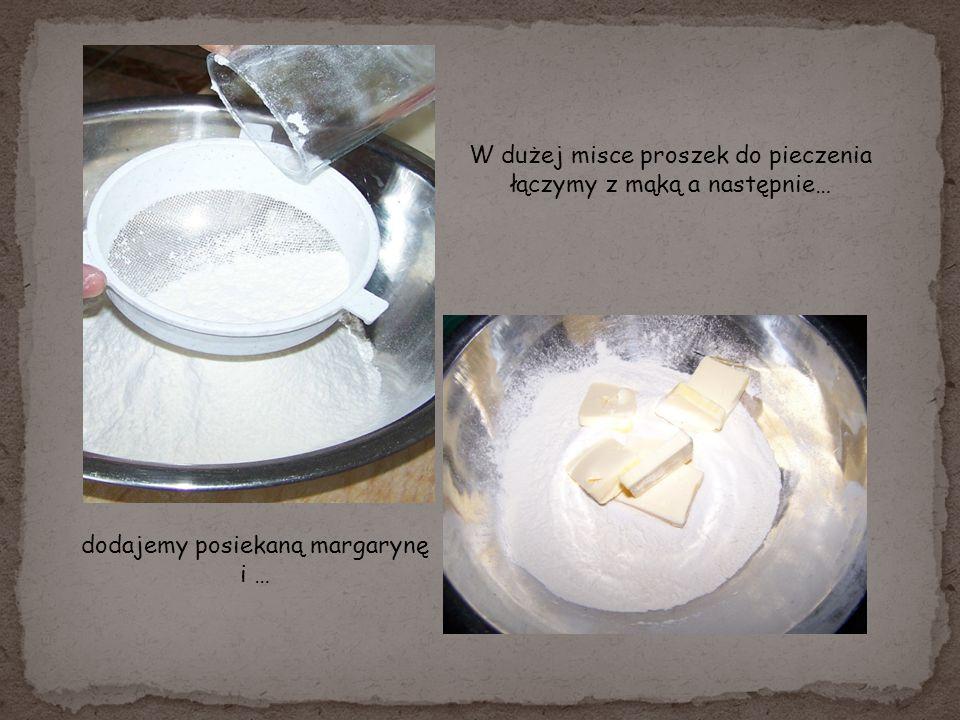 W dużej misce proszek do pieczenia łączymy z mąką a następnie…