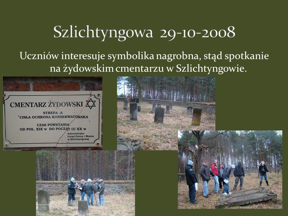 Szlichtyngowa 29-10-2008 Uczniów interesuje symbolika nagrobna, stąd spotkanie na żydowskim cmentarzu w Szlichtyngowie.