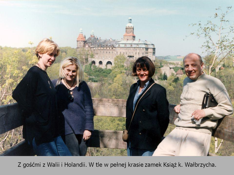 Z gośćmi z Walii i Holandii. W tle w pełnej krasie zamek Książ k