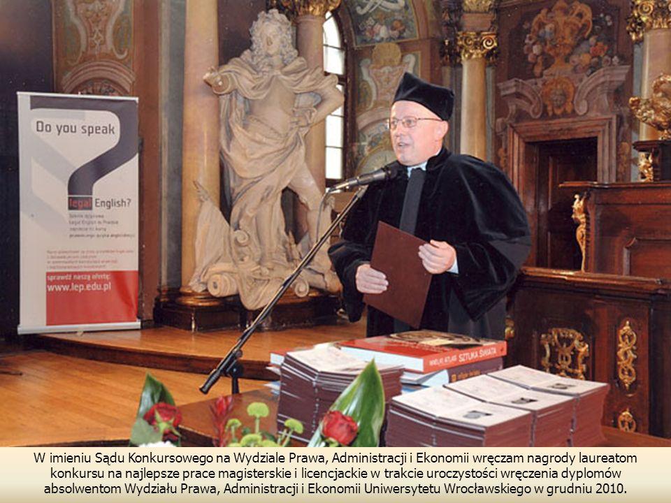 W imieniu Sądu Konkursowego na Wydziale Prawa, Administracji i Ekonomii wręczam nagrody laureatom konkursu na najlepsze prace magisterskie i licencjackie w trakcie uroczystości wręczenia dyplomów