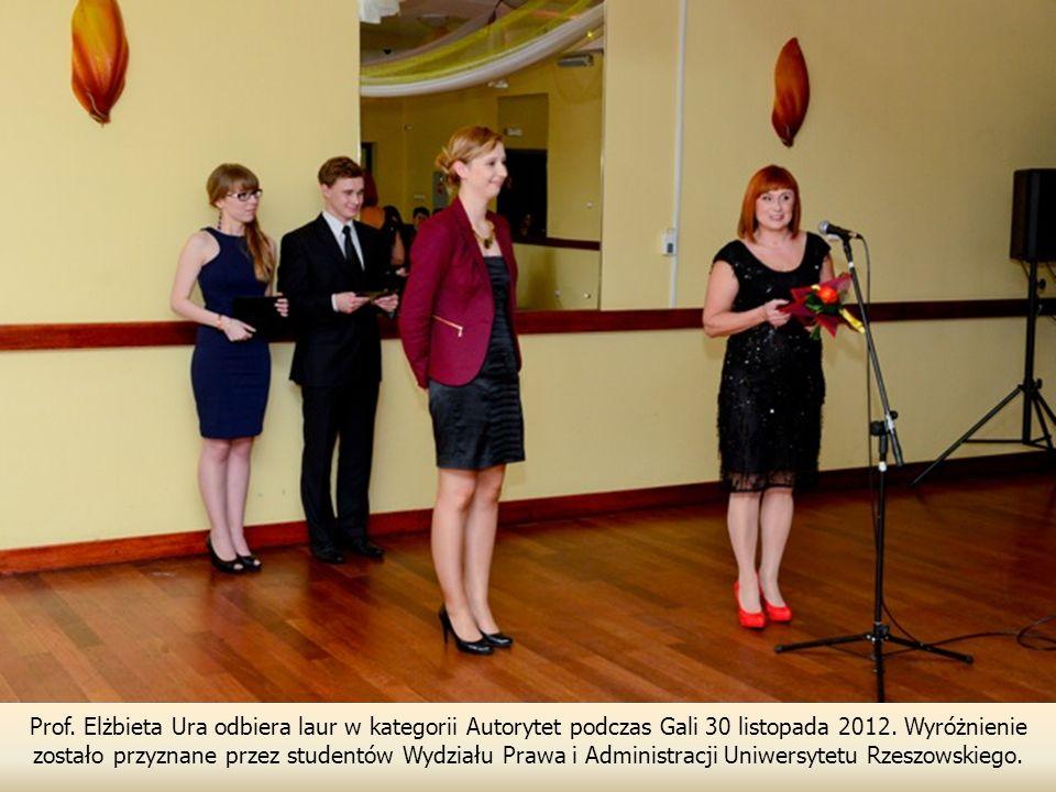 Prof. Elżbieta Ura odbiera laur w kategorii Autorytet podczas Gali 30 listopada 2012. Wyróżnienie