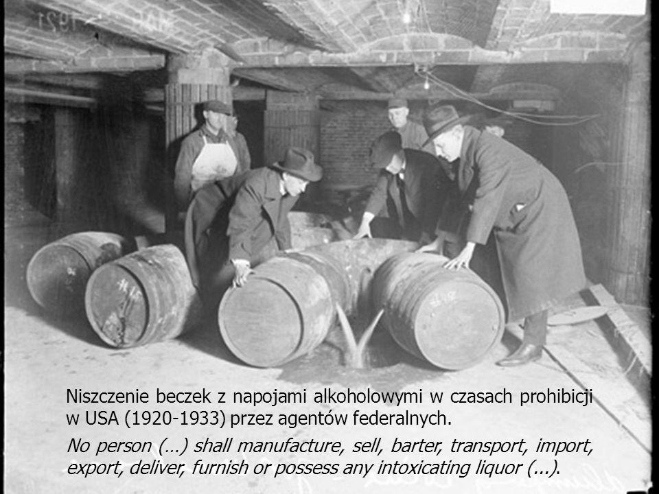 Niszczenie beczek z napojami alkoholowymi w czasach prohibicji w USA (1920-1933) przez agentów federalnych.