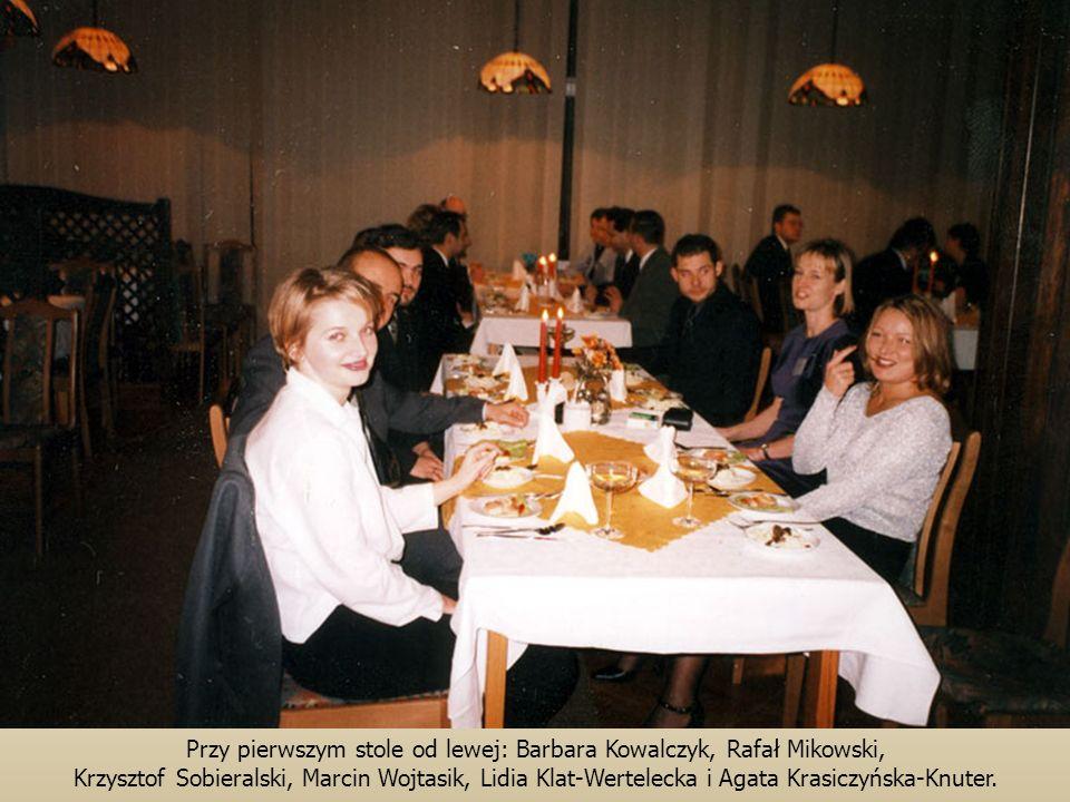 Przy pierwszym stole od lewej: Barbara Kowalczyk, Rafał Mikowski,