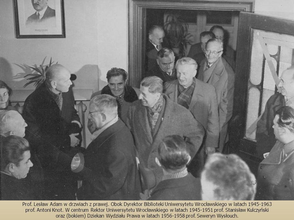 Prof. Lesław Adam w drzwiach z prawej