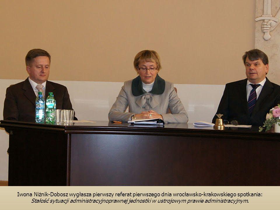 Iwona Niżnik-Dobosz wygłasza pierwszy referat pierwszego dnia wrocławsko-krakowskiego spotkania: