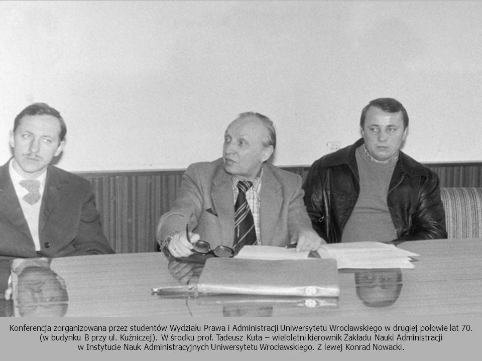 Konferencja zorganizowana przez studentów Wydziału Prawa i Administracji Uniwersytetu Wrocławskiego w drugiej połowie lat 70. (w budynku B przy ul. Kuźniczej). W środku prof. Tadeusz Kuta – wieloletni kierownik Zakładu Nauki Administracji