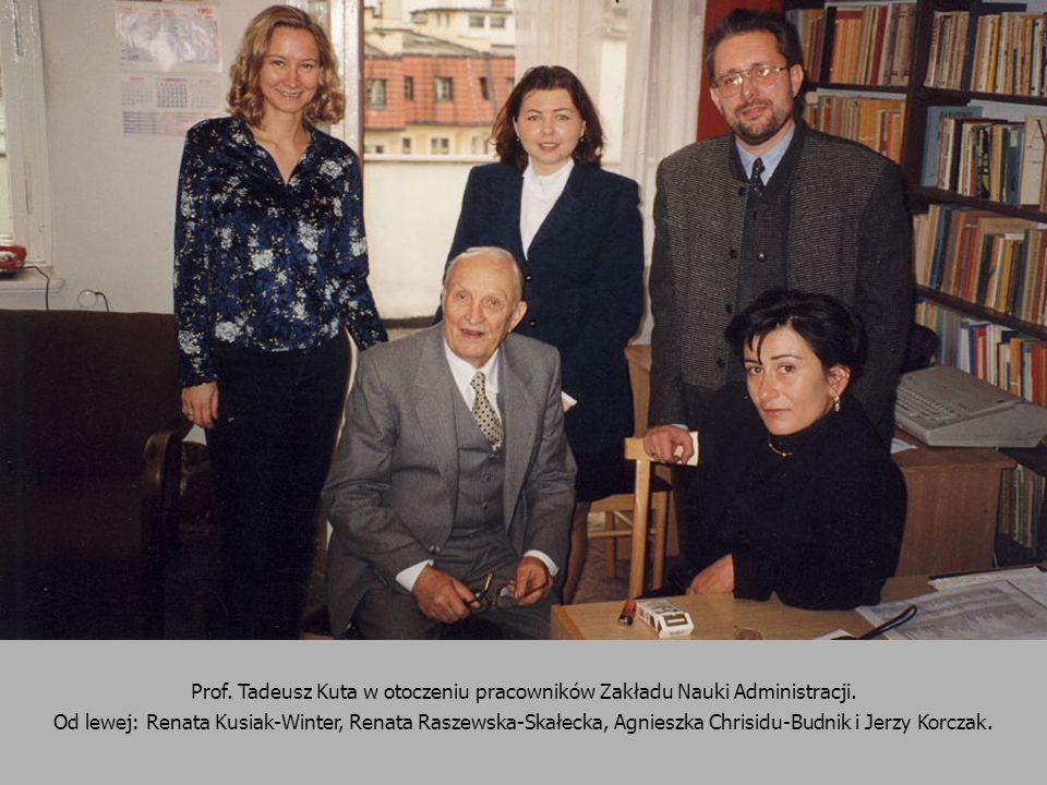 Prof. Tadeusz Kuta w otoczeniu pracowników Zakładu Nauki Administracji.