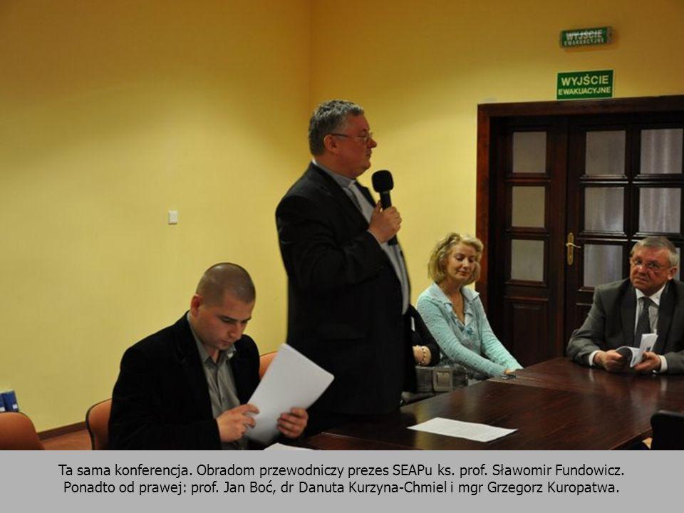Ta sama konferencja. Obradom przewodniczy prezes SEAPu ks. prof