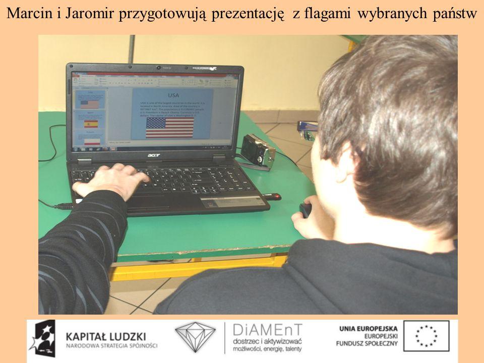 Marcin i Jaromir przygotowują prezentację z flagami wybranych państw