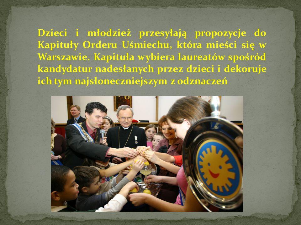Dzieci i młodzież przesyłają propozycje do Kapituły Orderu Uśmiechu, która mieści się w Warszawie.