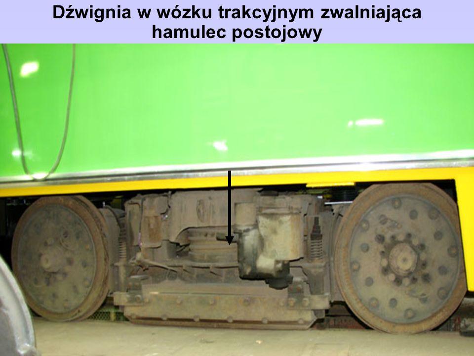Dźwignia w wózku trakcyjnym zwalniająca hamulec postojowy