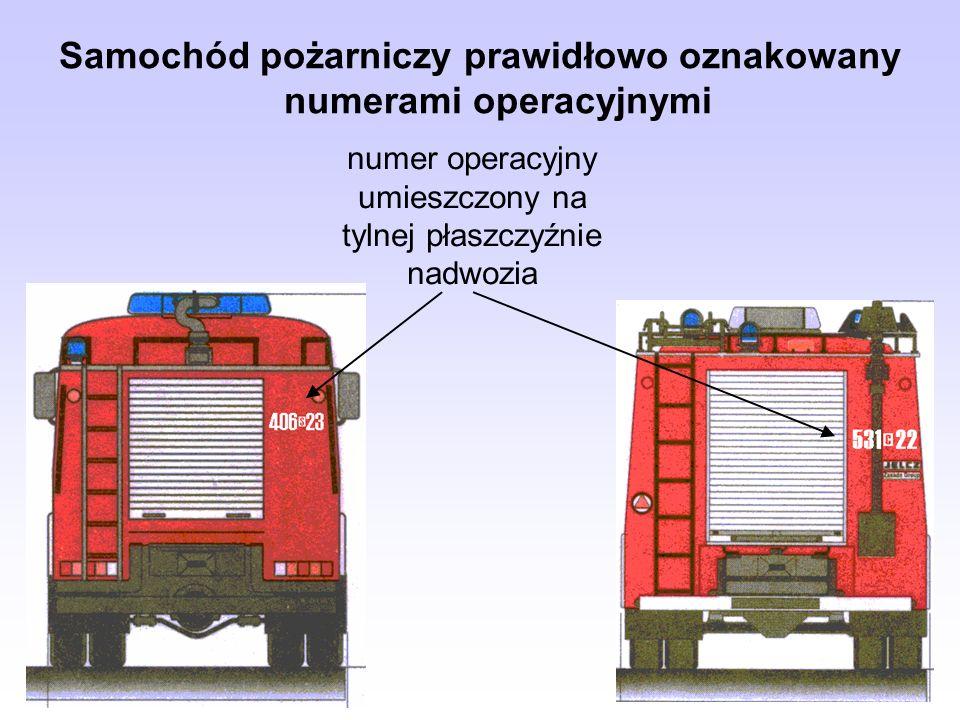 Samochód pożarniczy prawidłowo oznakowany numerami operacyjnymi