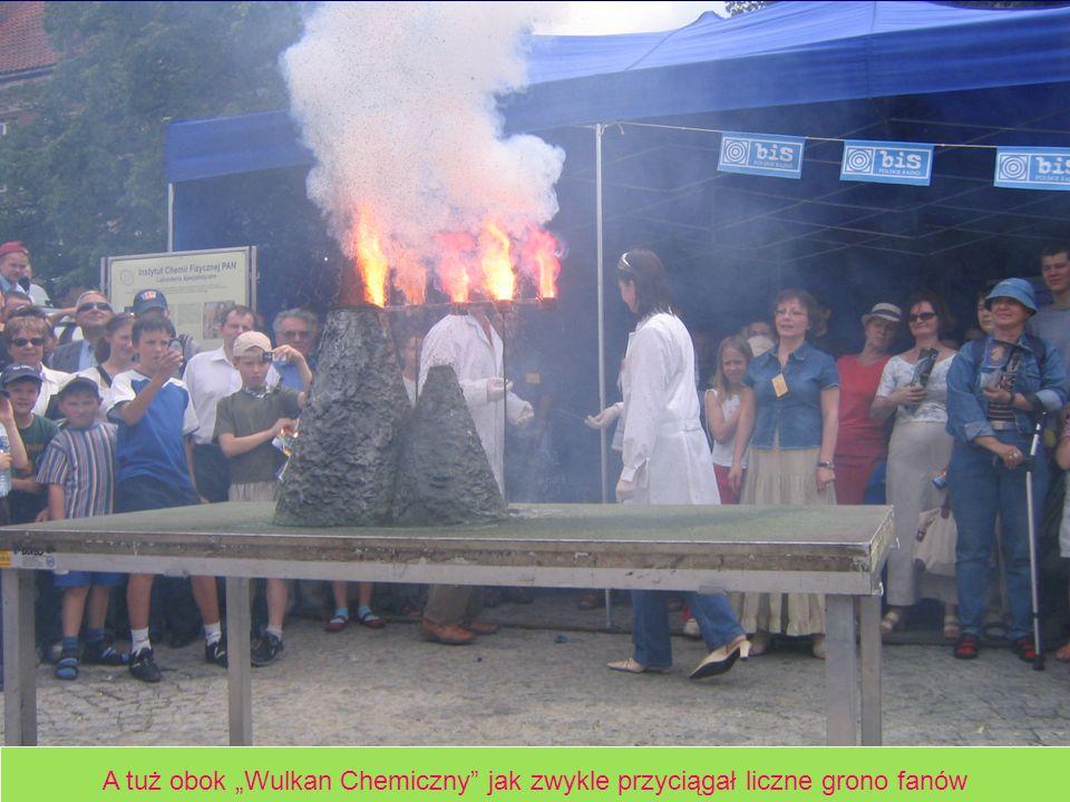 """A tuż obok """"Wulkan Chemiczny jak zwykle przyciągał liczne grono fanów"""